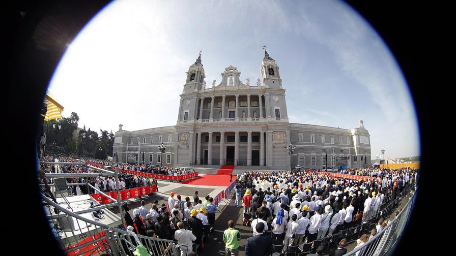 """Обезвредиха бомба в катедралата """"Алмудена"""" в Мадрид"""