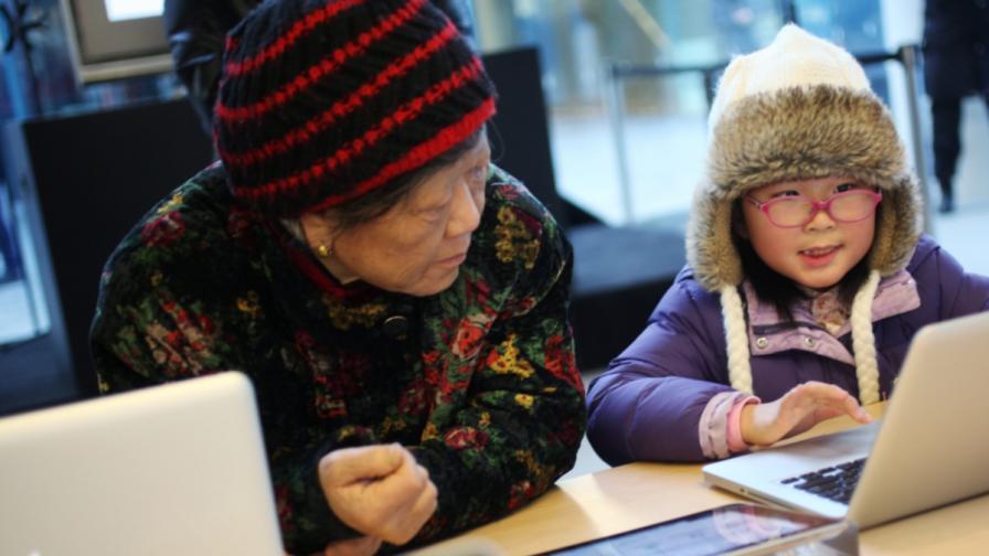 Възрастните търсят помощ от децата си за новите технологии