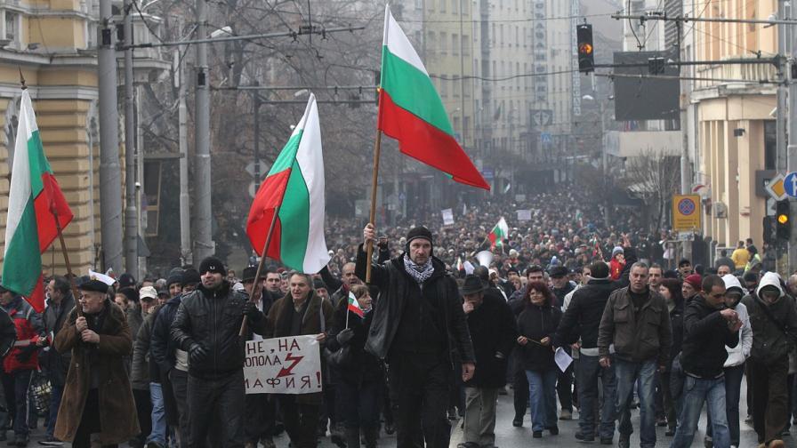 Протестиращи засипаха Добрев със снежни топки