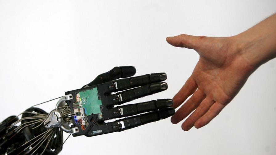 Парализиран движи с мисъл роботизираната си ръка