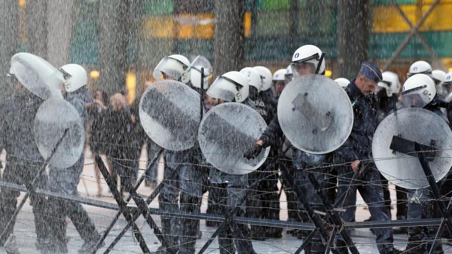 Наши опитват да крадат полицейски огради в Брюксел