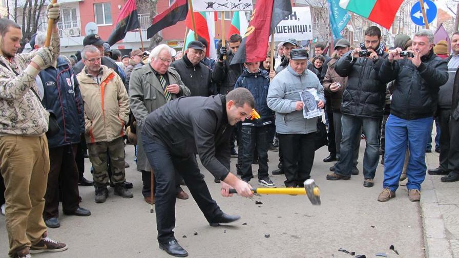 Русенци трошиха електромери с чук