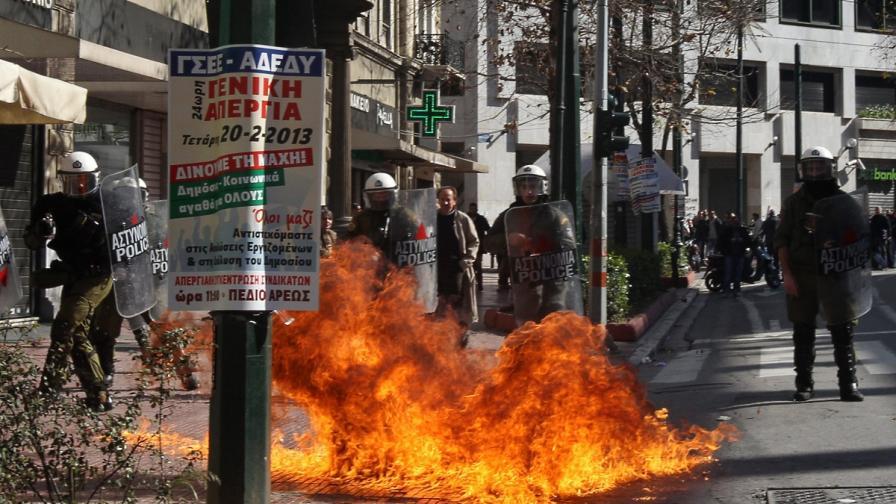 Десетки хиляди протестират в Атина