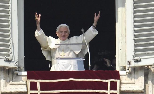 Разкрития за секс и корупция накарали папата да се оттегли, пише в.