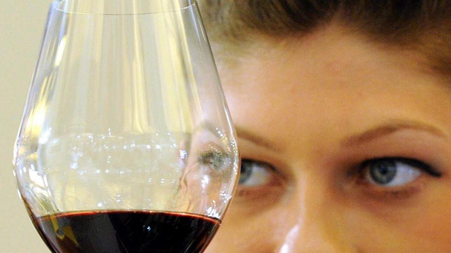 Чаша червено вино на ден пази от мозъчен удар