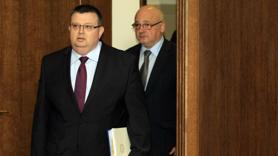 Главният прокурор Сотир Цацаров влиза за пресконференцията