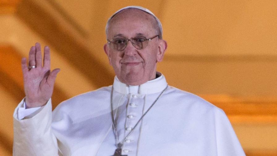 Новоизбраният папа Франциск I поздрави вярващите, събрали се на площад 'Свети Петър'