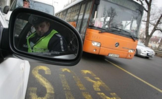 Автобус на градския транспорт в София се удари в дърво