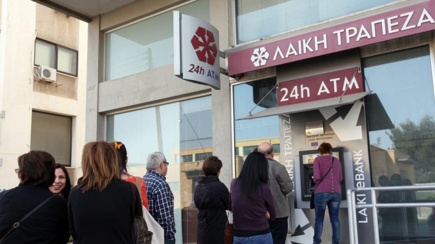 В Кипър свършиха и парите в банкоматите