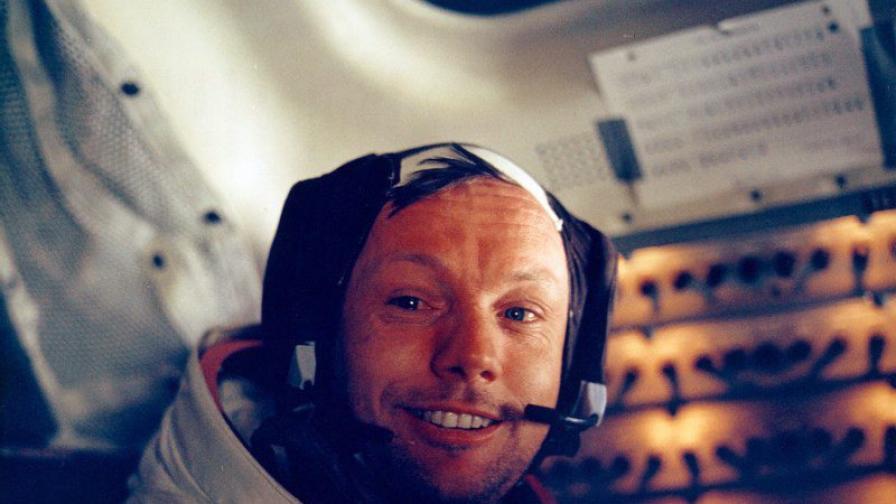Извадиха двигателите на ракетата, изпратила Армстронг на Луната