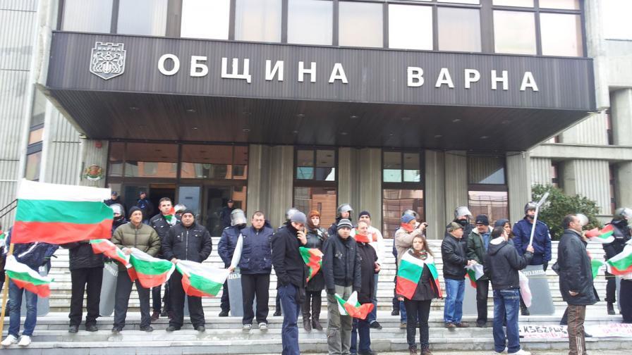 Жива верига блокира общината във Варна
