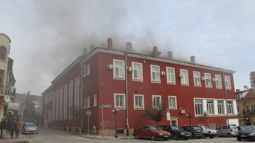 Горя сградата на Военния клуб във Велико Търново