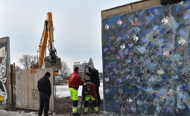 Бутнаха част от Берлинската стена