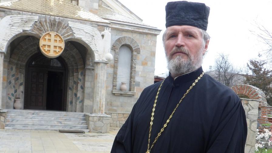 Отец Петър Гарена два пъти строши гробищната бариера