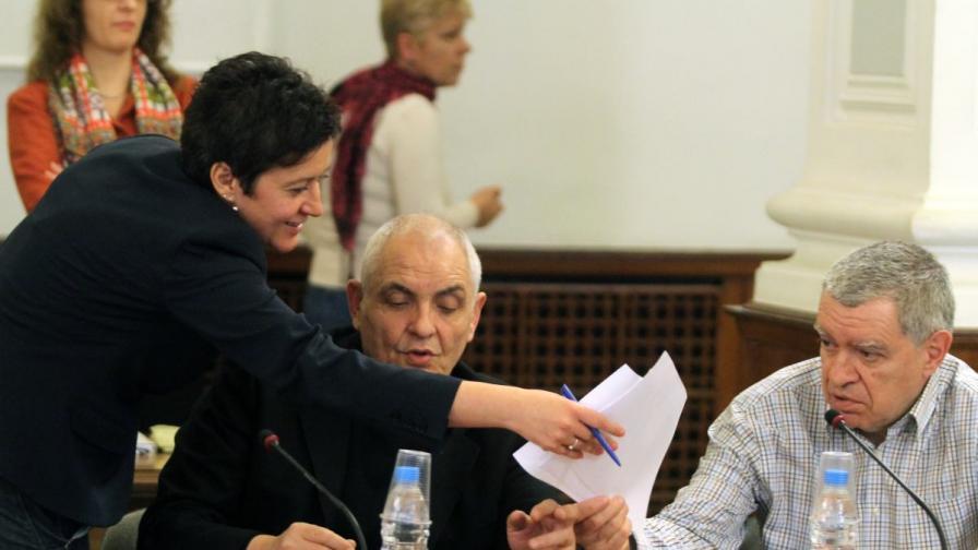 На прървото заседание на Изборния борд: (отляво) Антоанета Цонева, проф. Димитър Димитров, проф. Михаил Константинов