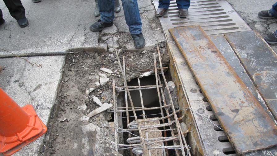 Дупката, заради която се наложи затварянето на моста за тирове