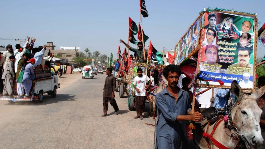 Атентатор уби 25 души на предизборен митинг в Пакистан