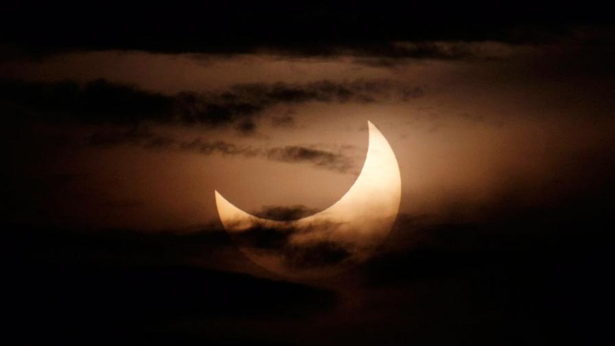 Петъчният ден започна с рядко пръстеновидно слънце