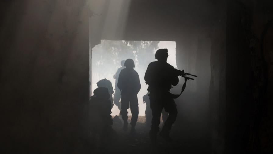 Скандално видео: Сирийски командир изважда сърцето на войник и го захапва