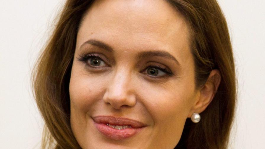 """Сп. """"Пийпъл"""": Джоли планира да премахне и яйчниците си"""