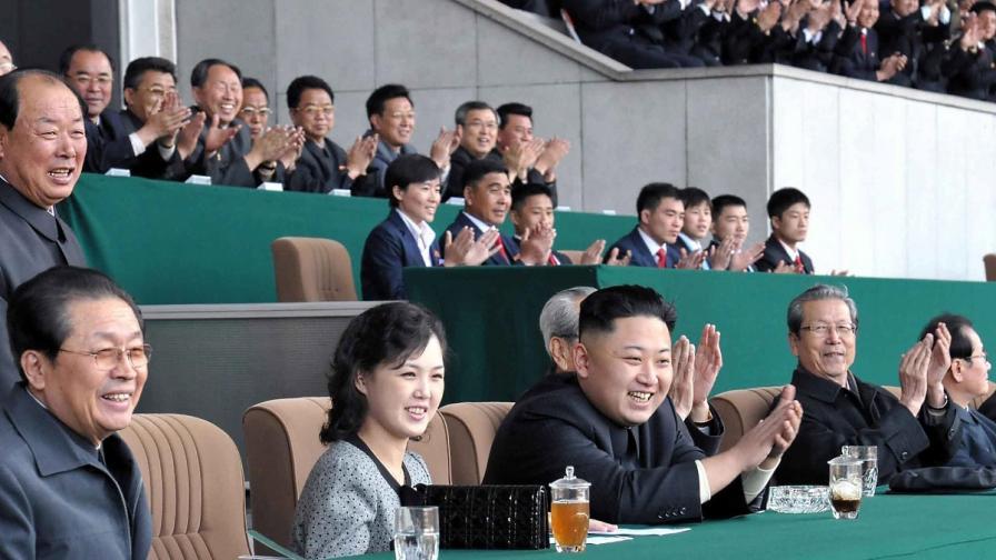 Лидерът на КНДР - Ким Чен-ун (в средата)