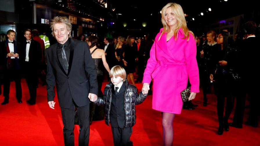Род Стюарт и майката на седмото и осмото му дете, бившата манекенка Пени Ланкастър на филмова премиера в Лондон през ноември 2011 г.