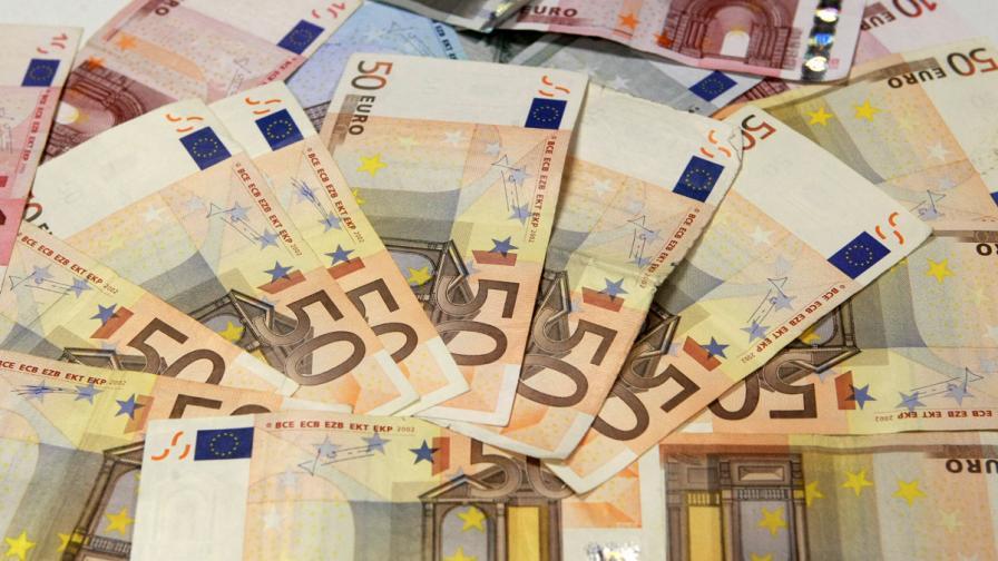 На летище Бургас хванаха мъж с 250 хил. евро в ръчния багаж