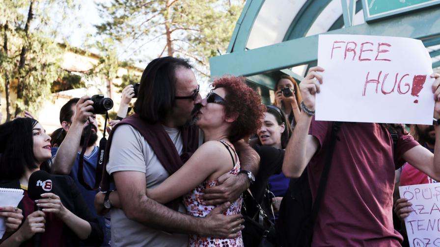 В Анкара: Протест с целувки завърши с нападение с ножове