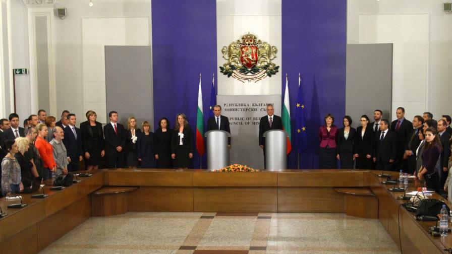 Церемонията по предаване на властта в Министерския съвет започна с химна на Република България