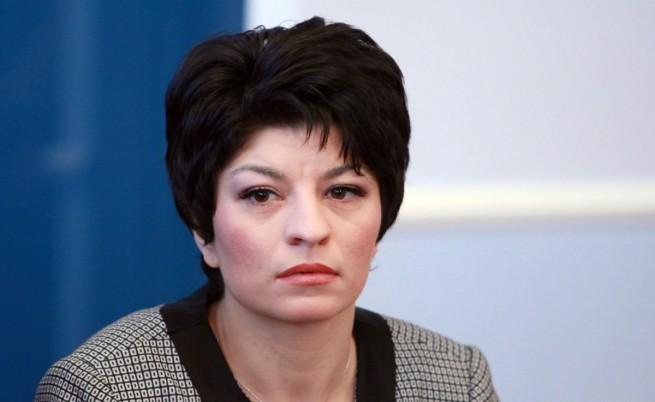 Неизвестни са нарязали гумите на автомобила на Десислава Атанасова