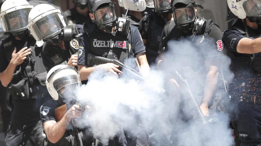 Турската полиция свършвала запасите от газ