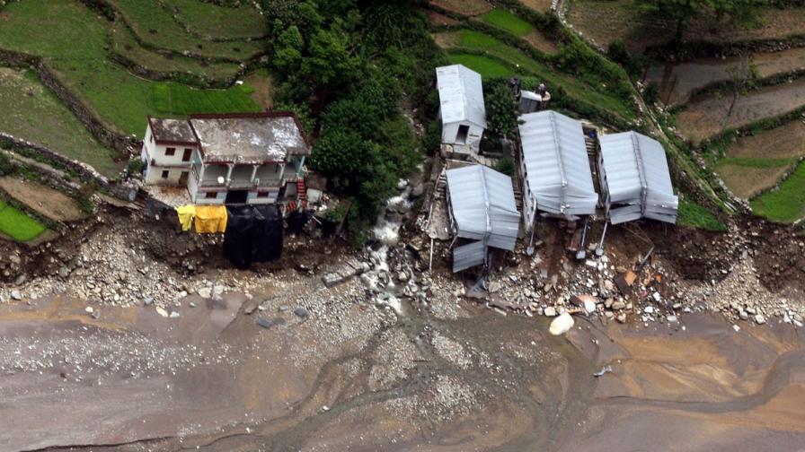 Жертвите на наводненията в Индия – може би над 1000