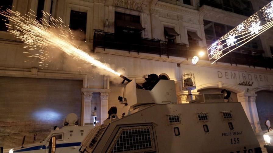 """Отново газ и водни оръдия на площад """"Таксим"""""""