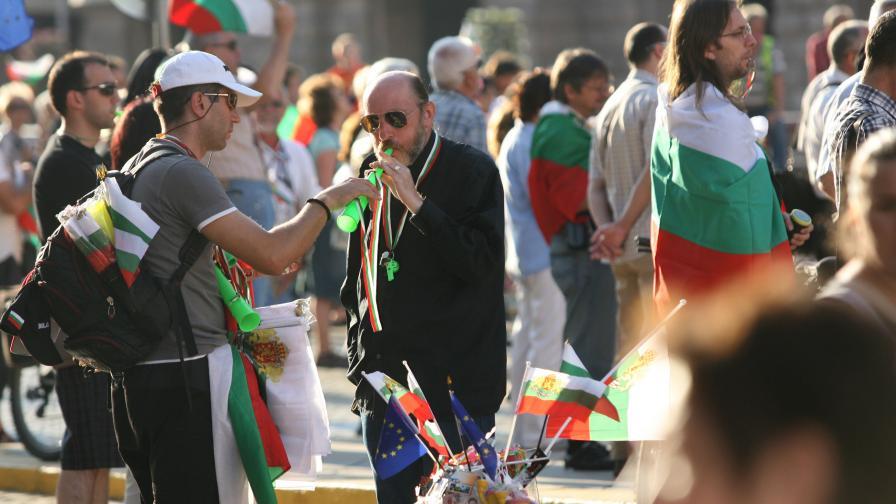 Хиляди протестиращи почетоха Апостола на колене