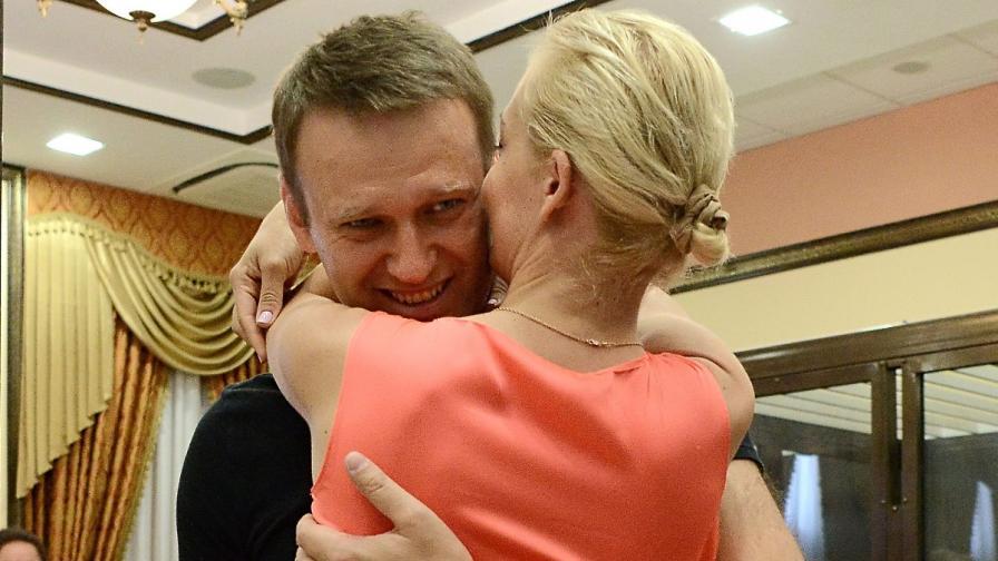 Навални прегръща жена си Юлия след решението да бъде освободен