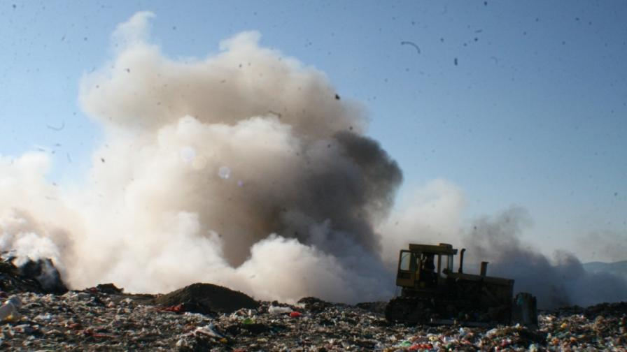 Гори сметището на Казанлък, димът се разпростира