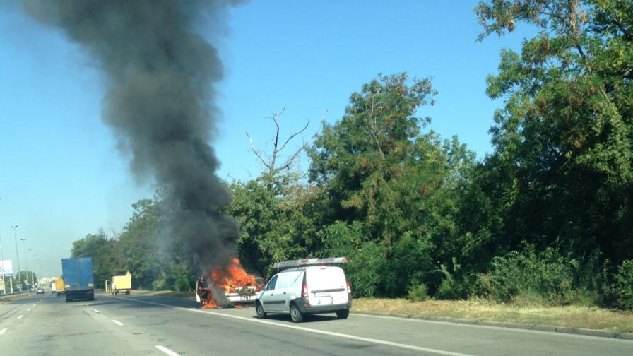 """Кола в движение се самозапали и изгоря пред """"Врана"""""""