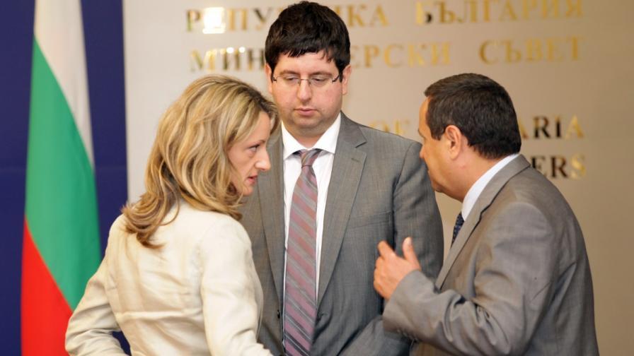 Финансовият минисър Петър Чобанов заедно с колегите си - социалния  министър Хасан Адемов и министъра на правосъдието Зинаида Златанова