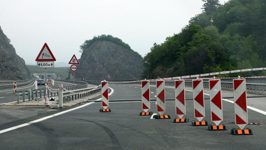 Катастрофа с кола, ТИР и бус блокира тунел Витиня