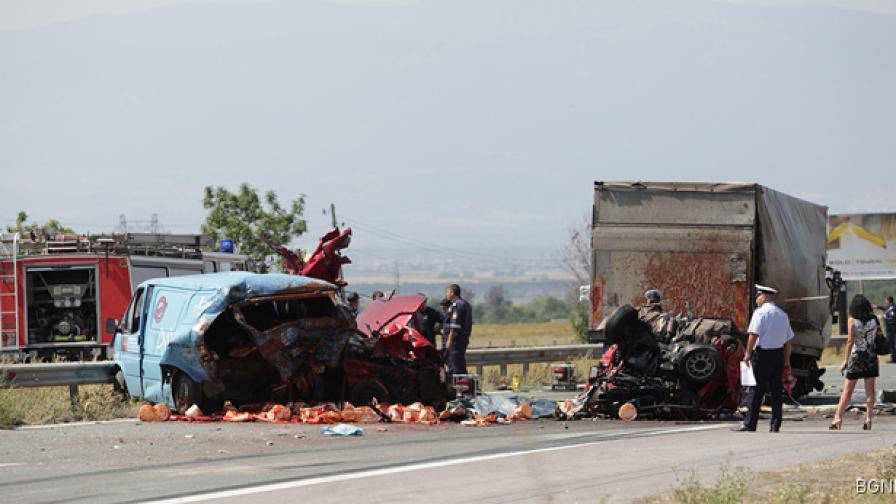 Двама са загиналите при тежката катастрофа край Яна