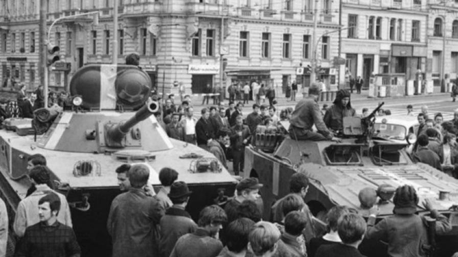 Невъоръжени хора се опитват да спрат съветските танкове по улиците на Прага - 21 август 1968 г.