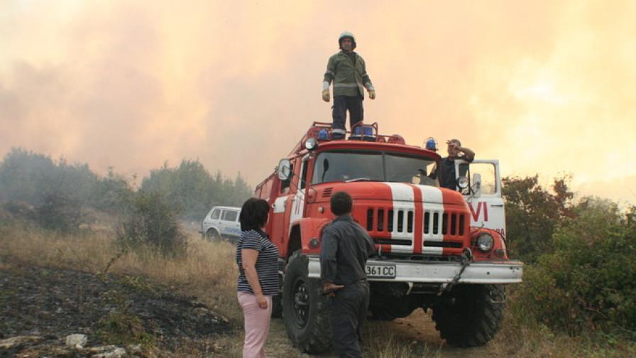 """Военни гасят пожара в местността """"Зайчева поляна"""" в Стара Загора"""