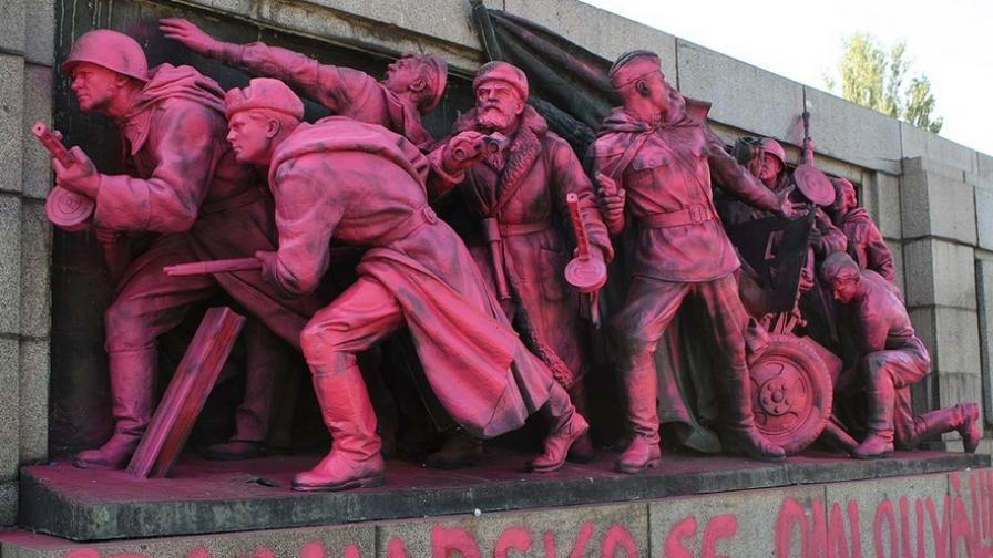 Паметникът на Съветската армия в розово