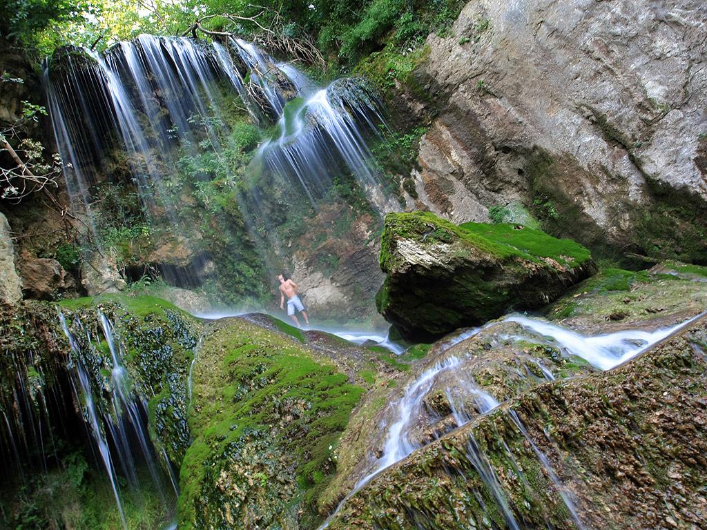 Крушунският водопад е водопад близо до село Крушуна, Община Летница. Водопадът се намира на 34 км. от град Ловеч. Крушунският водопад е известен със своята живописност. Той е образуван от множество карстови тераси