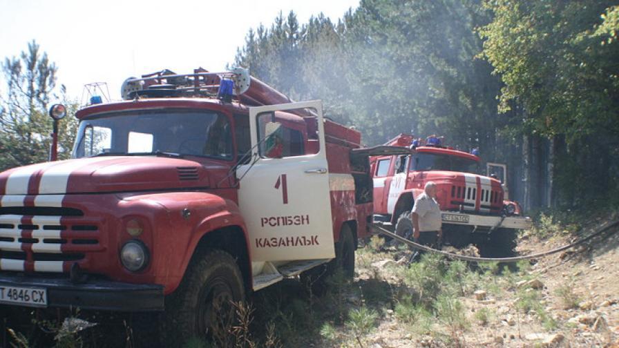Високопроходима техника гаси огъня край село Лесово