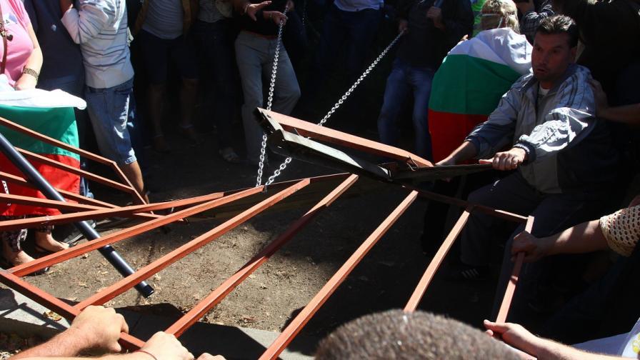 11 души на прокурор заради опита да пробият блокадата пред НС