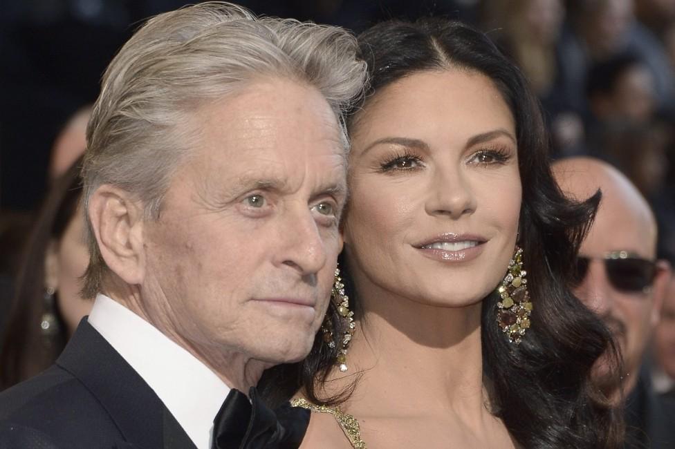"""- Носителят на две награди """"Оскар"""" чу диагнозата рак на гърлото през 2010 г. Дъглас и съпругата му Катрин Зита-Джоунс отменят всичките си ангажименти..."""