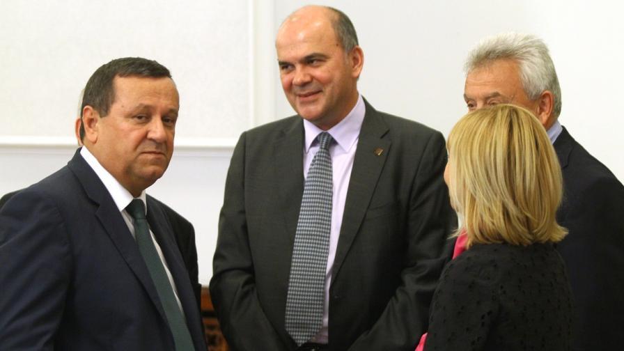 Социалният министър Хасан Адемов и управителят на НОИ Бисер Петков преди заседанието на НСТС