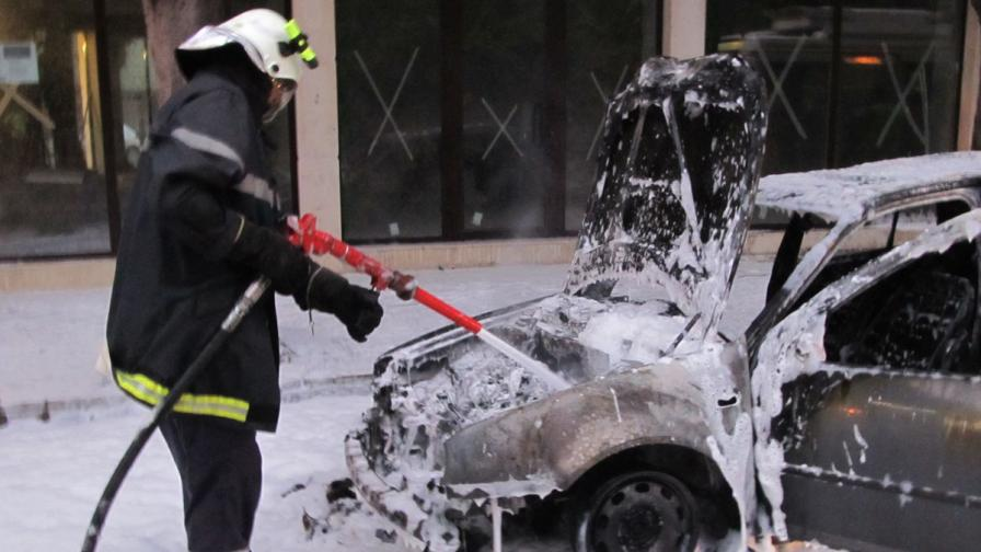 Автомобил изгоря в Русе, шофьорът по чудо се спаси