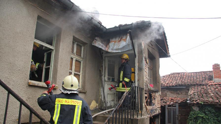 Две къщи изгоряха тази нощ в село край Сандански